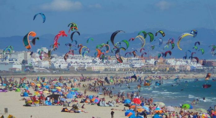 Photo du jour de kitesurf en hd Univers Kite kitesurf universkite.fr kitesurfeurs Photos 2017 gallerie de photos Kitesurfeuses Images Rideur Kitesurfeur Kitesurfeuse Kiteboarding kite surf Tarifa Spain in summer.