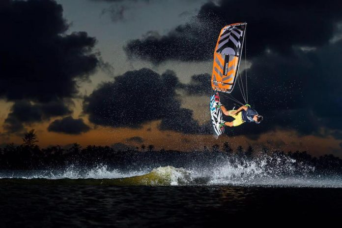 Photo du jour de kitesurf en hd Univers Kite kitesurf universkite.fr kitesurfeurs Photos 2017 gallerie de photos Kitesurfeuses Images Rideur Kitesurfeur Kitesurfeuse Kiteboarding kite surf Alex Neto official sunset